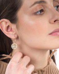 earring-golden-stripes-M-hoops-model